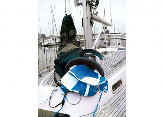 Chaussette à spi avec cloche de forme ovale pour faciliter les manoeuvres. Plusieurs dimensions sont disponibles pour des ensembles prêt à être utilisés, mousquetons compris.  (Image 4 de 5)