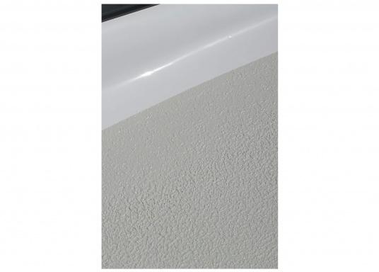 <div>KiwiGrip ist eine dauerhafte Anti-Rutsch Farbe, die eine langlebige, homogene und elastische Oberfläche erzeugt. Es lässt sich sehr schnell und einfach verteilen.</div>  (Bild 7 of 8)