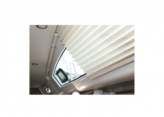 SKYSOL Pleatedshades are an affordable solution for shading small windows and portholes. SKYSOL Pleatedshades can be mounted quickly with ease. (Imagen 3 of 5)