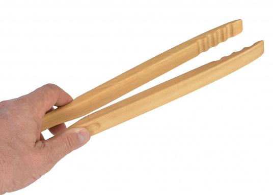 <p>Vincitricidel premio Reddot Design,queste piccole pinze di legno di faggio realizzatea mano sono l'ideale per una grigliata o un piccolo barbecue.La loro forma ergonomica le rende molto semplici da maneggiare. Lunghezza: 46 cm.</p>  (Immagine 4 di 7)