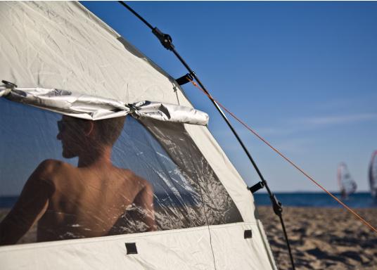 Mobiler Schattenspender und praktischer Unterschlupf für eine unbeschwerte Zeit am Strand, im eigenen Garten oder beim Picknick im Grünen. (Bild 10 of 13)
