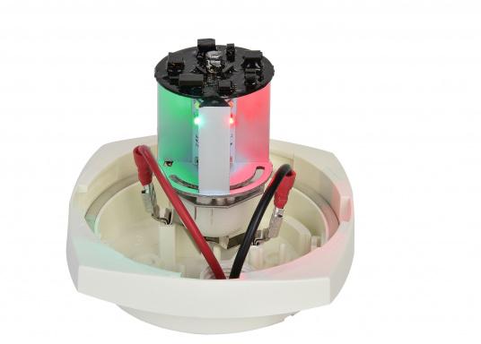 Dieser Multivolt-LED-Einsatz ermöglicht die Verwendung einer vorhandenen Ankerlaterne als Positionslaterne mit drei verschiedenen Leuchtmodi: 360° Ankerlicht (weiß), 3-Farben-Laterne (weiß, rot, grün) und SOS-Blinklicht. Die vorhandene Verkabelung kann weiterhin genutzt werden, da die Leuchtmodi über das Aus- und Einschalten ausgewählt werden. (Bild 4 of 4)