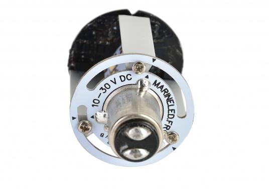 Dieser Multivolt-LED-Einsatz ermöglicht die Verwendung einer vorhandenen Ankerlaterne als Positionslaterne mit drei verschiedenen Leuchtmodi: 360° Ankerlicht (weiß), 3-Farben-Laterne (weiß, rot, grün) und SOS-Blinklicht. Die vorhandene Verkabelung kann weiterhin genutzt werden, da die Leuchtmodi über das Aus- und Einschalten ausgewählt werden. (Bild 3 of 4)