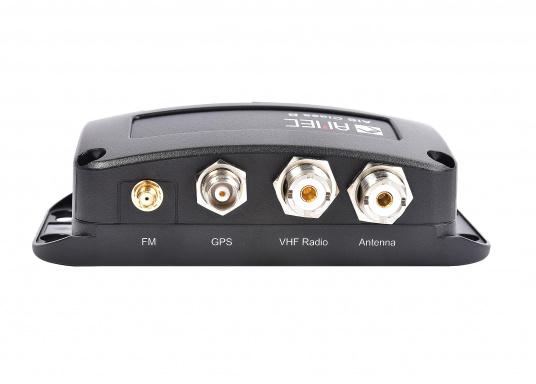 Ausgestattet mit einem internen Splitter, erlaubt der Camino-108S die Nutzung der vorhandenen UKW-Antenne. Dies macht den nachträglichen Einbau des AIS-Transponders besonders einfach. <strong>Im Lieferumfang ist die passende GPS-Antenne bereits enthalten.</strong> (Bild 5 of 8)