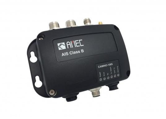 Ausgestattet mit einem internen Splitter, erlaubt der Camino-108S die Nutzung der vorhandenen UKW-Antenne. Dies macht den nachträglichen Einbau des AIS-Transponders besonders einfach. Im Lieferumfang ist die passende GPS-Antenne bereits enthalten. (Bild 2 von 8)