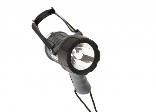 Der Handscheinwerfer CARY von aqua signal überzeugt mit einer Leuchtkraft von 350 Lumen und erreicht Leuchtweiten von bis zu 360 Meter! Die innere Elektronik wird vom robusten, wasserdichten (IP67) Gehäuse geschützt. (Bild 6 of 13)