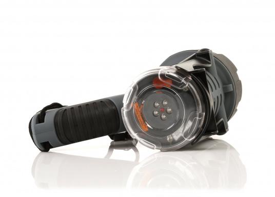 Der Handscheinwerfer CARY von aqua signal überzeugt mit einer Leuchtkraft von 350 Lumen und erreicht Leuchtweiten von bis zu 360 Meter! Die innere Elektronik wird vom robusten, wasserdichten (IP67) Gehäuse geschützt. (Bild 7 of 13)