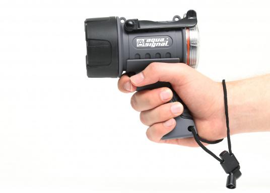 Der Handscheinwerfer CARY von aqua signal überzeugt mit einer Leuchtkraft von 350 Lumen und erreicht Leuchtweiten von bis zu 360 Meter! Die innere Elektronik wird vom robusten, wasserdichten (IP67) Gehäuse geschützt. (Bild 9 of 13)