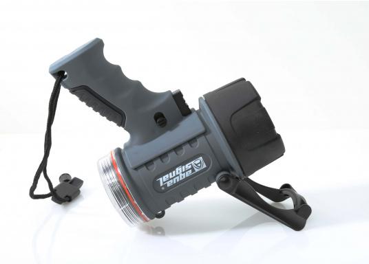 Der Handscheinwerfer CARY von aqua signal überzeugt mit einer Leuchtkraft von 350 Lumen und erreicht Leuchtweiten von bis zu 360 Meter! Die innere Elektronik wird vom robusten, wasserdichten (IP67) Gehäuse geschützt. (Bild 11 of 13)