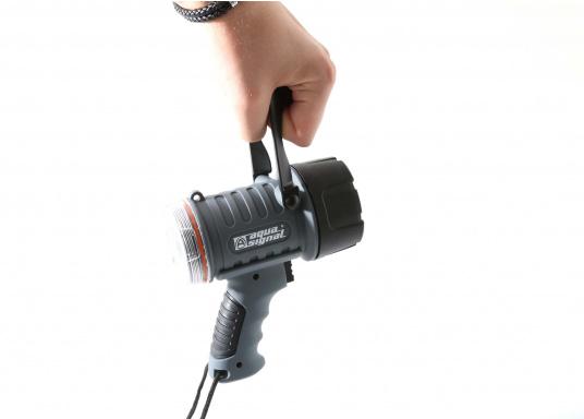 Der Handscheinwerfer CARY von aqua signal überzeugt mit einer Leuchtkraft von 350 Lumen und erreicht Leuchtweiten von bis zu 360 Meter! Die innere Elektronik wird vom robusten, wasserdichten (IP67) Gehäuse geschützt. (Bild 10 of 13)